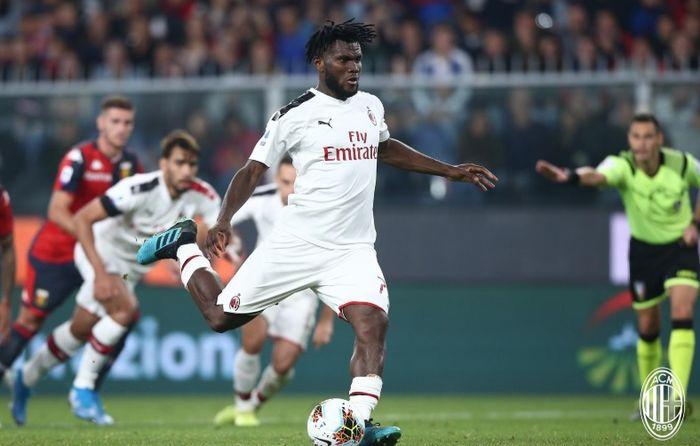 Aksi pemain AC Milan, Franck Kessie ketika hendak melakukan tendangan penalti ke gawang Genoa di Stadion Luigi Ferraris pada laga pekan ke-7 Liga Italia, Minggu (6/10/2019) dini hari WIB.