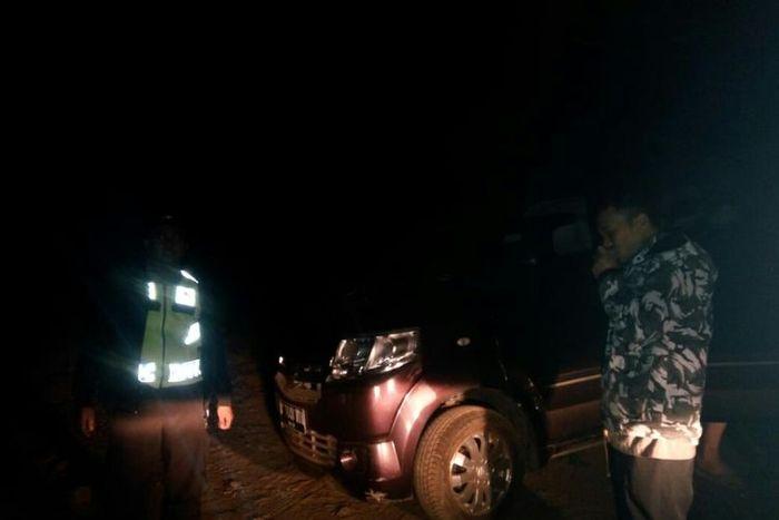 Petugas tengah membantu kendaraan wisatawan asal Tangerang yang tersesat di perkebunan teh.