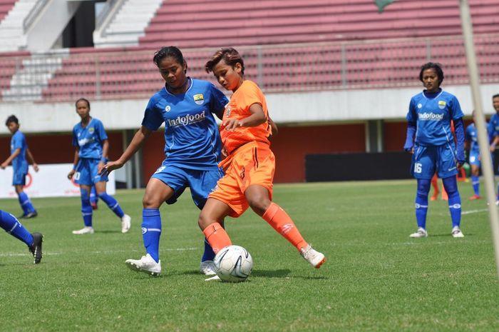 Aksi pemain Persija Jakarta putri, Carla Bio Pattinasarany, mendapat pengawalan ketat dari pemain Persib Bandung putri pada lanjutan Liga 1 Putri 2019 di Stadion Maguwoharjo, Sleman, Rabu (9/10/2019).