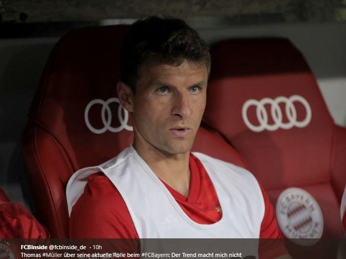 Pemain Bayern Muenchen, Thomas Mueller, duduk di bangku cadangan dalam sebuah pertandingan di Liga Jerman.