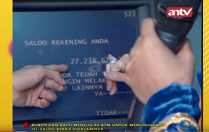 Isi ATM Barbie Kumalasari yang ditunjukkan pada Ruben Onsu dan Raffi Ahmad (YouTube)