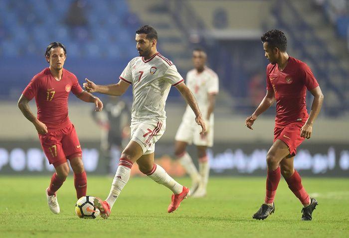 Striker timnas Uni Emirat Arab (UEA), Ali Mabkhout dibayangi Irfan Bachdim dari timnas Indonesia, di Stadion Al Maktoum, Kamis (10/10/2019).
