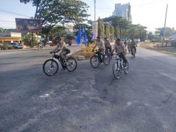 Dandim Kendari Kolonel Kav Hendi Suhendi memimpin gowes sepeda santai bersama prajurit Kodim Kendari pada Jumat (11/10/2019) pagi.