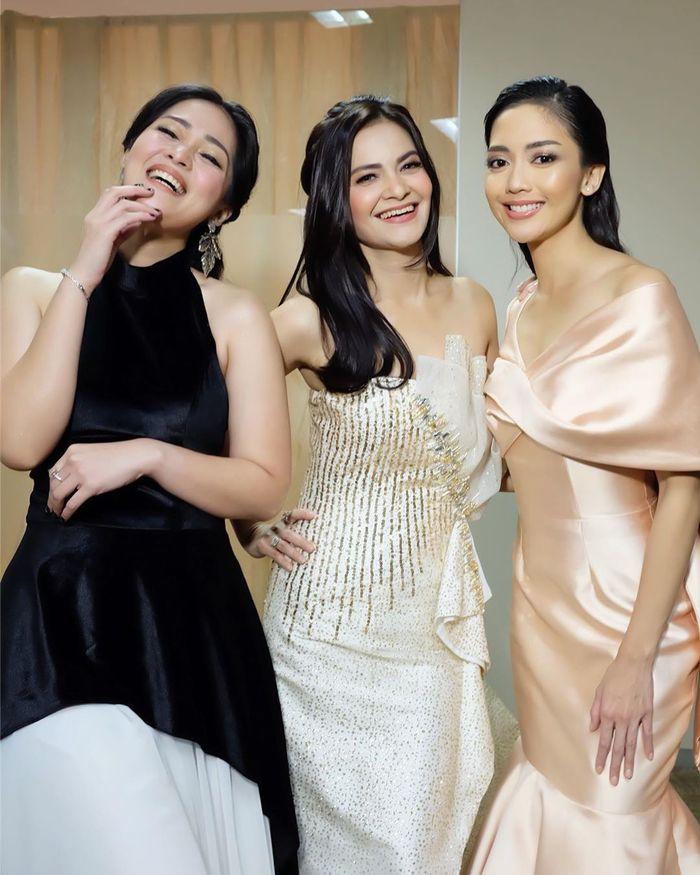 Penampilan Cut Tari saat berfoto bersama Ririn Dwi Ariyanti dan Gracia Indri
