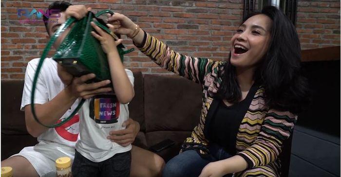 Rafathar menarik tas mahal milik Nagita