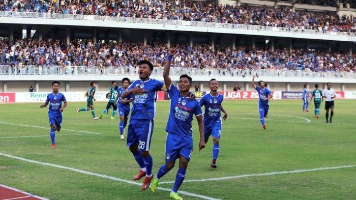 Pemain PSIM Yogyakarta merayakan gol yang dicetak oleh Raffi Angga saat melawan Persatu Tuban di Stadion Mandaka Krida, Yogyakarta, pada 13 Oktober 2019.
