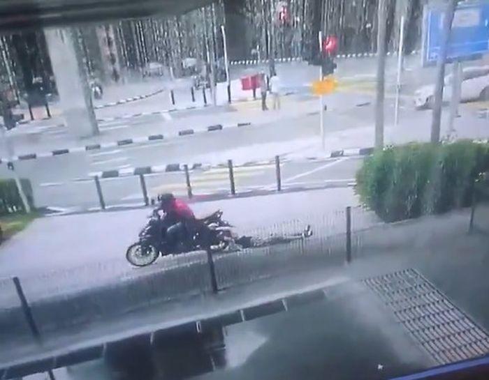 wanita terseret motor penjambret