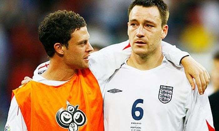 Wayne Bridge (kiri) memeluk John Terry usai Inggris disingkirkan Portugal pada Piala Dunia 2006.