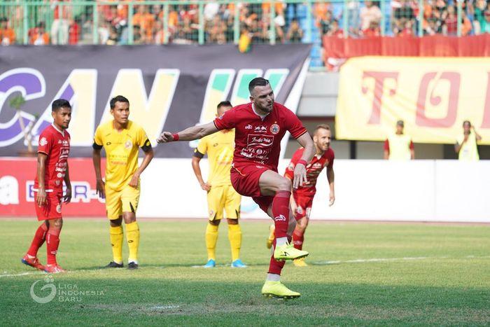 Penyerang Persija Jakarta, Marko Simic, melakukan tendangan penalti ke gawang Semen Padang