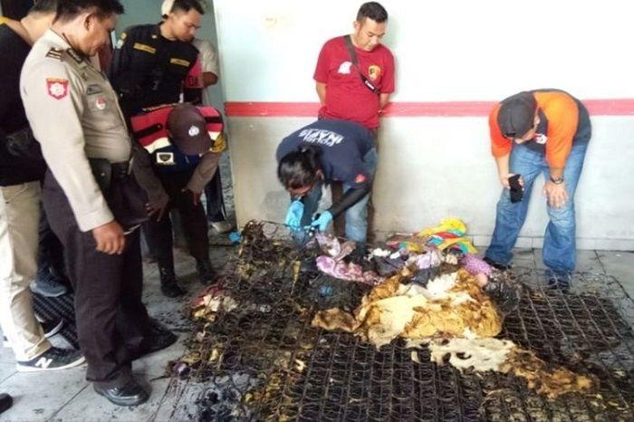 Polisi melakukan olah tempat kejadian perkara peristiwa suami bakar istiri di sebuah kamar kos di Surabaya, Selasa (15/10/2019).