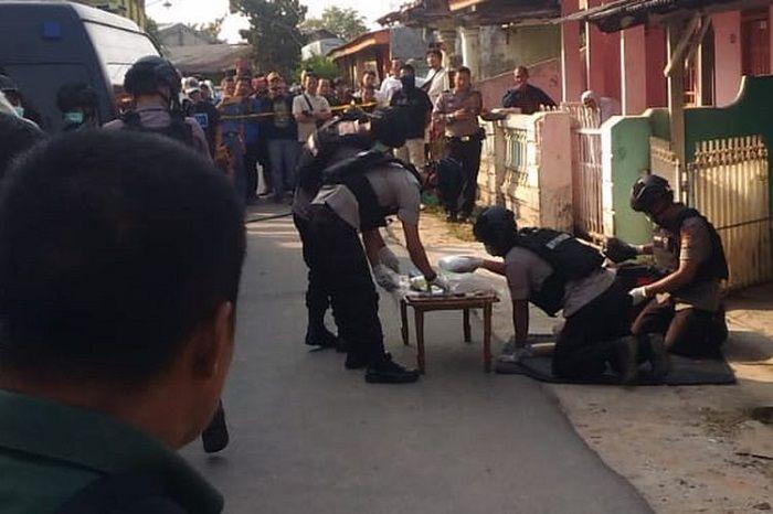 Tim Gegana Brimob Polda Lampung meletakkan sejumlah bahan yang diduga material pembuat bom di sebuah meja di depan rumah nenek dari terduga R di Way Halim, Selasa (15/10/2019) petang. Penggeledahan ini dilakukan karena Tim Densus 88 menemukan material bahan pembuat bom saat menangkap R di Telukbetung pada Senin (14/10/2019) kemarin.