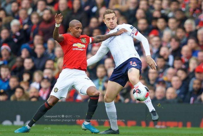 Kapten Manchester United, Ashley Young, dan skipper Liverpool, Jordan Henderson, berebut bola dalam laga pekan kesembilan Liga Inggris di Old Trafford, 20 Oktober 2019.