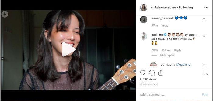 Juria Hartmans menyanyikan sebuah lagu dalam unggahan video Instagram pribadinya.