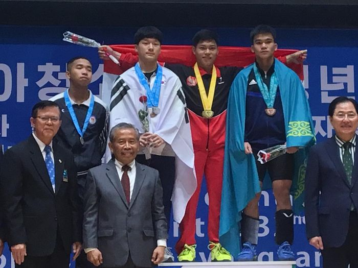 Lifter Indonesia, Rahmat Erwin Abdullah, meraih emas pada Kejuaraan Angkat Besi Youth dan Junior 2019 di Pyongyang, Korea Utara.