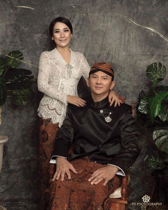 Foto prewedding Ahok dan Puput Nastiti Devi kenakan busana tradisional