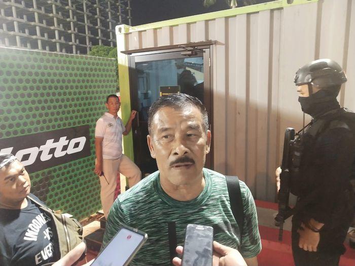 Manajer Persib, Umuh Muchtar, memberikan keterangan kepada media.