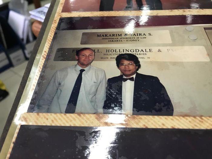 'Foto dgn Klien manager Quantas Airline thn 88 di Sydney.Saat muda Hotman sudah pakai dasi kupu kupu di Sydney! Pengacara muda mirip dono! Hotman sekantor dgn 700 an pengacara bule di Australia.'