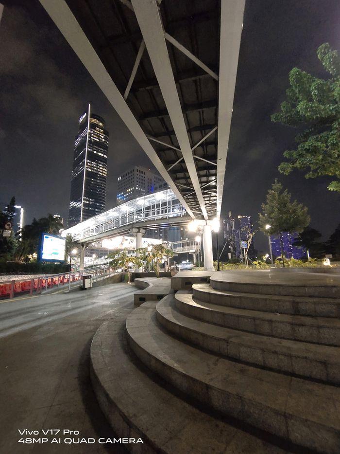 Lanskap gedung tinggi yang menjadi latar belakang foto tertangkap dengan jelas saat menguji kamera Vivo V17 Pro.