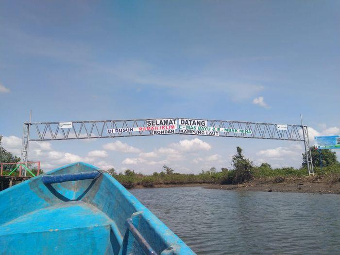 Untuk mencapai dusun Bondan, harus menempuh perjalanan selaam 1,5 jam menggunakan perahu kecil.