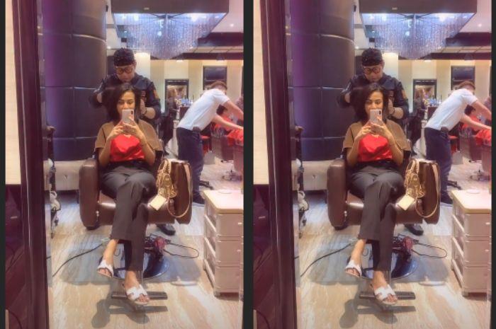 Penampilan Vanessa Angel saat asyik di salon