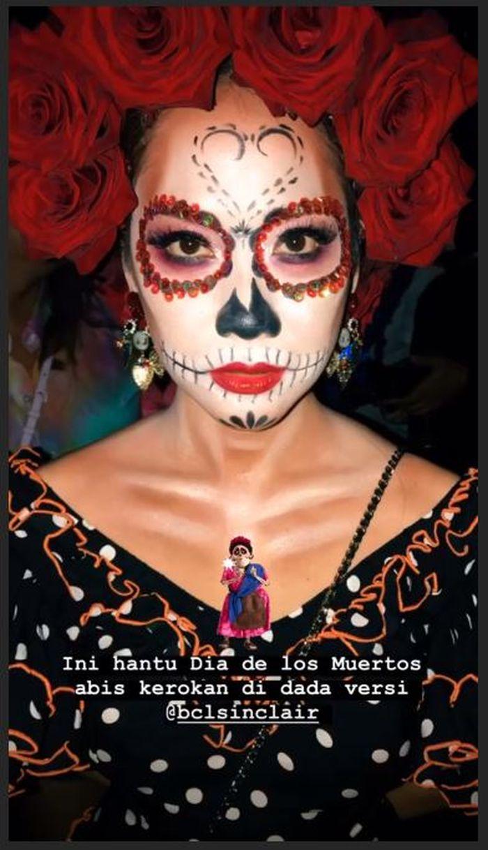 Bunga Citra Lestari alias BCL menjadi Frida Kahlo-Dia de Los Muertos di pesta Halloween yang ia adakan.