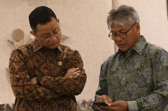 Menteri Sosial Juliari P. Batubara berbincang dengan Budi Soehardi di ruang kerja Mensos, Jakarta, Kamis (31/10/2019).