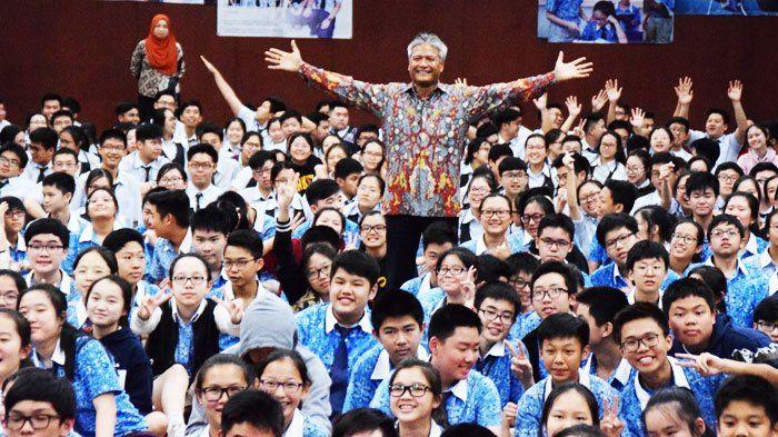 Budi di tengah-tengah murid Bina Bangsa School Kebon Jeruk, Jakarta usai memberikan sharing yang sangat menginspirasi.