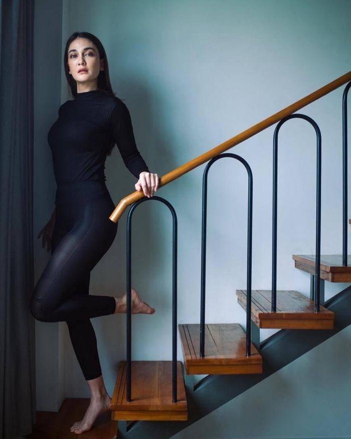 Penampilan cantik Luna Maya meski hanya berbalut legging serba hitam