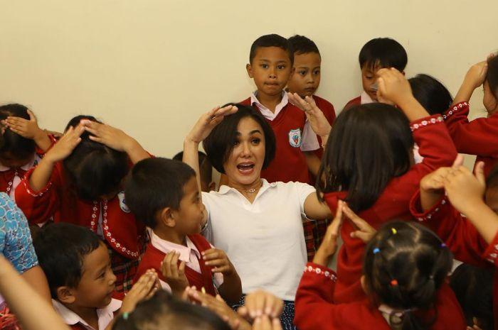 Yuni Shara dikelilingi anak didiknya yang ada di PAUD Cahaya Permata Abadi Batu, Jawa Timur
