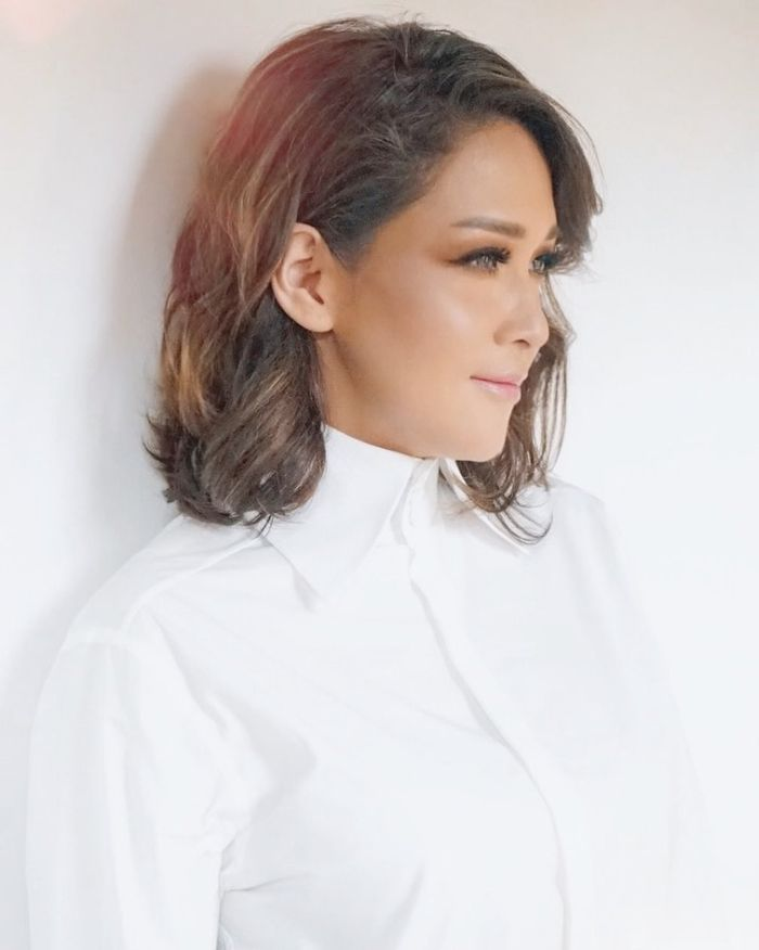 Maia Estianty terlihat memakai kemeja putih polos dari brand Fendi
