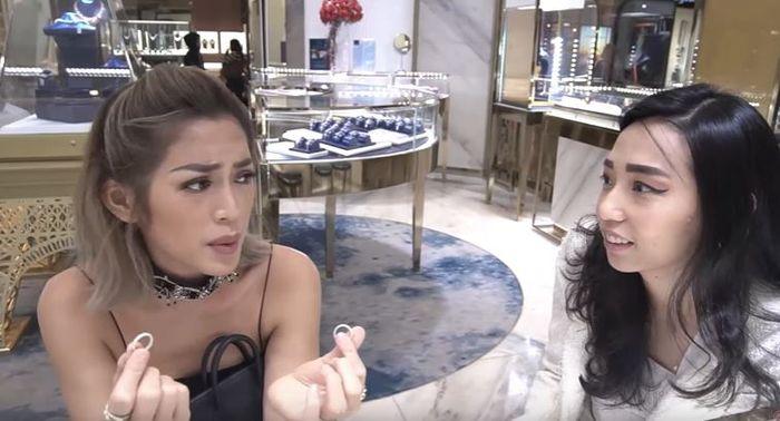 Jessica Iskandar saat mencoba cincin di sebuah toko perhiasan