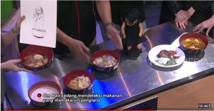 Makanan yang dideteksi Om Hao menggunakan jilatan jin penglaris hingga tanah kuburan