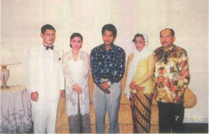 Foto pernikahan Mayangsari dan Bambanh Trihatmodjo 12 tahun silam.