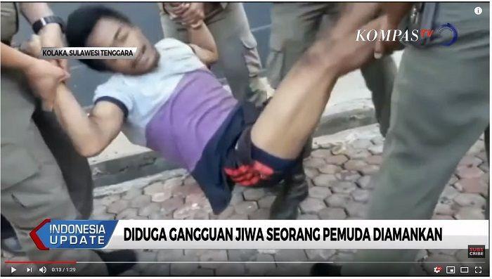 Seorang pemuda pelaku penganiayaan wanita petugas kebersihan di Kolaka, meronta mencoba melepaskan diri saat diamankan