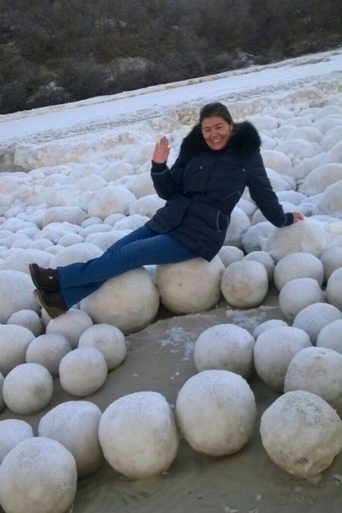 Bola-bola es dan salju raksasa memukau penduduk desa di Nyda, di Semenanjung Yamal di Siberia