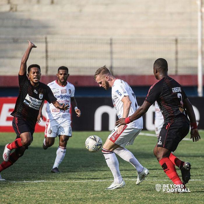 Penyerang Bali United, Melvin Platje (kedua dari kanan), dibayangi para pemain Persipura Jayapura.