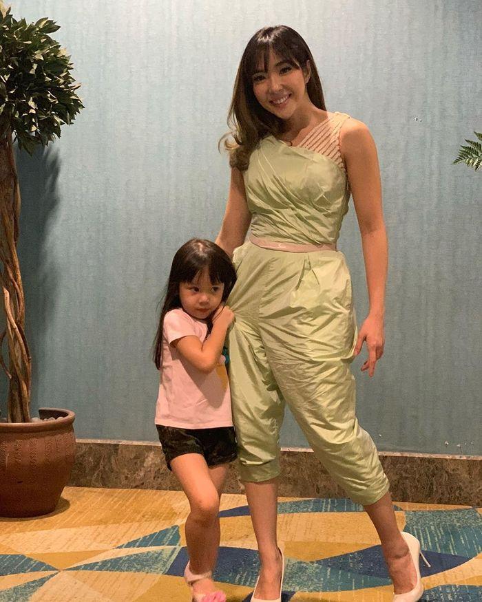 Gisella Anastasia kenakan jumpsuit pas body tanpa lengan di acara IPMI Trend Show 2020
