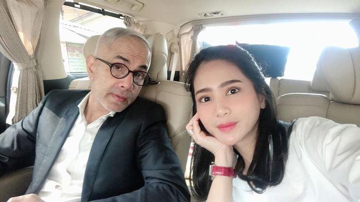 Bunga Zainal saat  selfie bersama suami di mobil