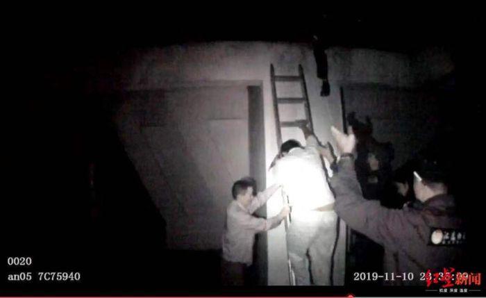Wang berhasil dibujuk polisi mengurungkan niatnya untuk bunuh diri.