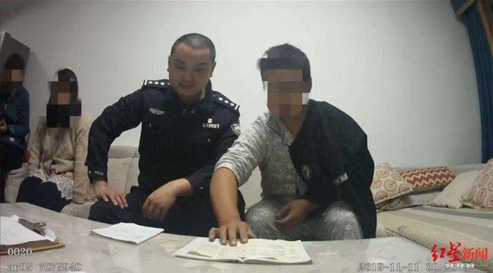 Wang (kanan) bersama petugas kepolisian.