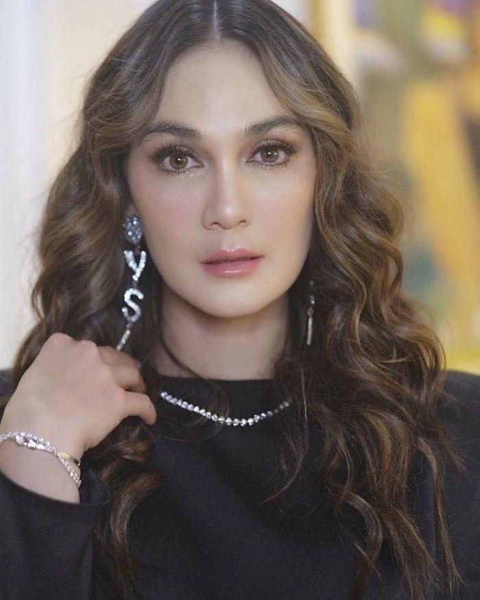 Luna Maya kenakan kalung seharga lebih dari 1 milyar, punya sendiri atau endorse?