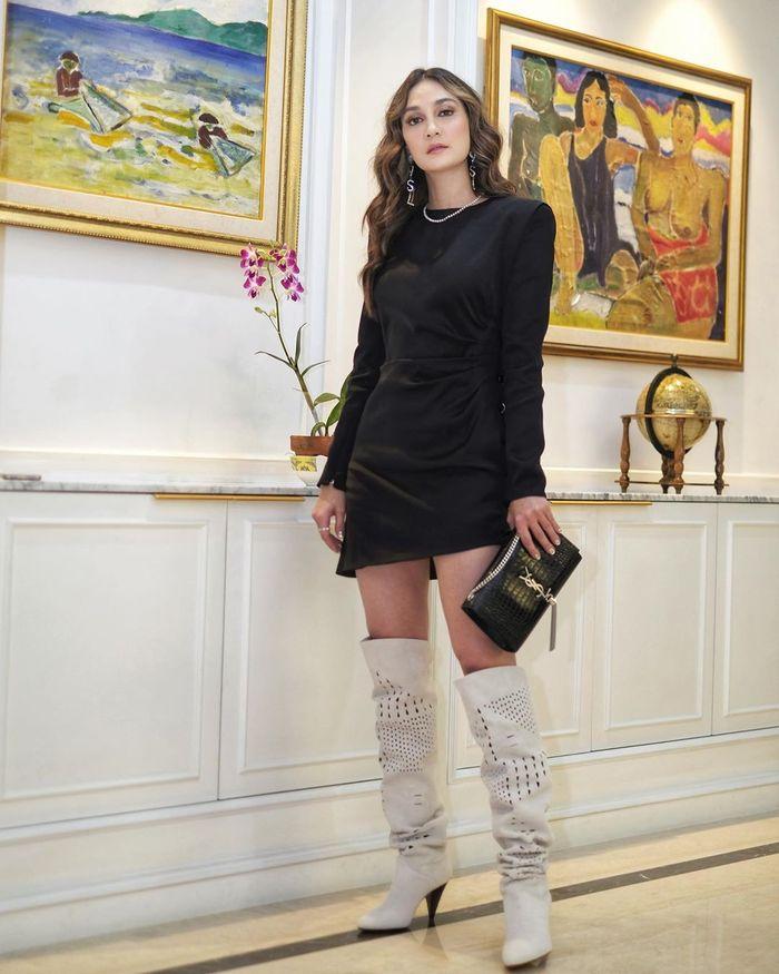 Tampilan Luna Maya dengan fashion items branded nan mewah