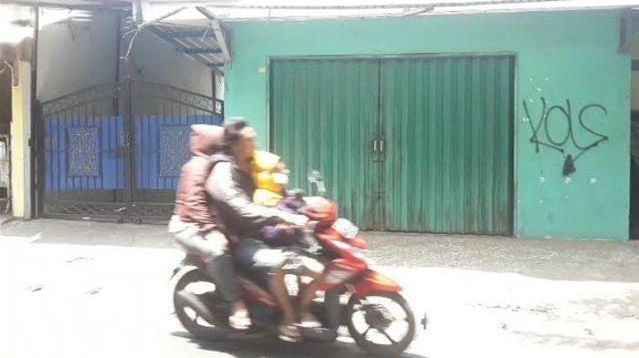 Lokasi HF (32) bakar diri, di jalan Kramat Ganceng, Kelurahan Lubang Buaya, Kecamatan Cipayung, Jakarta Timur.