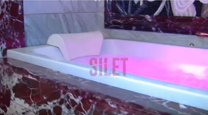 Kamar mandi di rumah Helena Lim