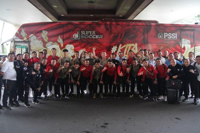 Pemain timnas U-22 Indonesia berfoto dengan Ketua Umum PSSI, Mochamad Iriawan, sebelum berangkat ke Filipina untuk mengikuti SEA Games 2019.