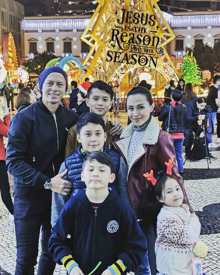 Pierre Roland bersama istri dan anak-anaknya