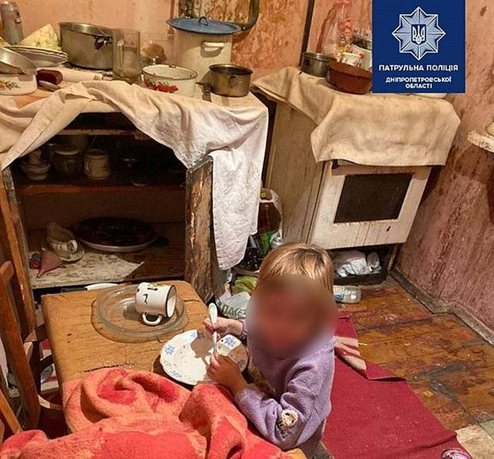 Penampakan dapur dan tempat makan yang berantakan di apartemen.