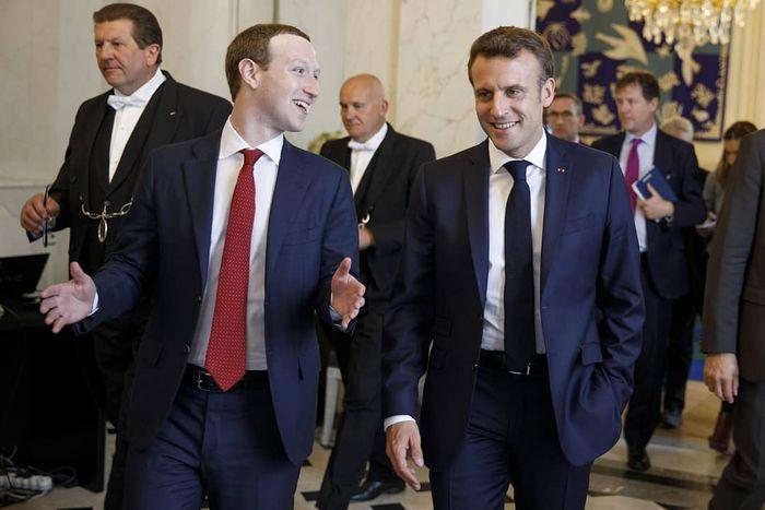 Mark Zuckerberg (kiri) ketika bertemu dengan Presiden Emmanuel Marcon di Paris.