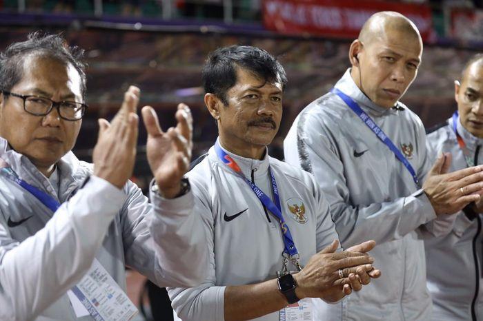 Pelatih Indra Sjafri dan staffnya bersiap di pinggir lapangan jelang laga Grup B SEA Games 2019 kontra Brunei pada Selasa (3/12/2019).