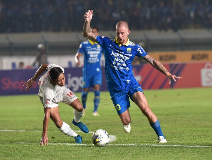 Aksi penyerang Persib Bandung, Kevin van Kippersluis, saat membela timnya menghadapi Persela Lamongan pada pekan ke-30 Liga 1 2019.